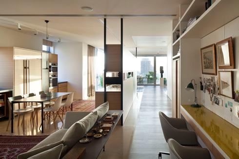 הקליקו ותגיעו לדירה במגדל שעוצבה בסגנון שנות ה-50 (צילום: עמית גרון)