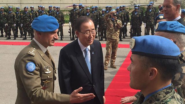 """מזכ""""ל האום באן עם כוח יוניפי""""ל בלבנון (צילום: AFP, HO / UNIFIL)"""