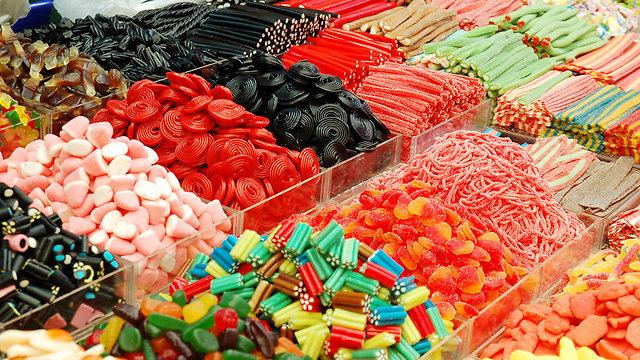ממתקים בכל הצבעים. עלולים להזיק לבריאות (צילום: shutterstock) (צילום: shutterstock)