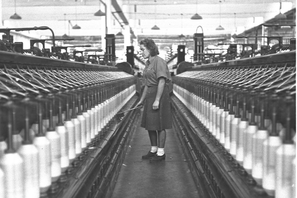"""""""המכונות דוממות... המפעל הציוני הזה – סגור"""", כתב שמעון ישראלי על סגירת מפעל אתא (צילום: זולטן קלוגר, לע""""מ)"""