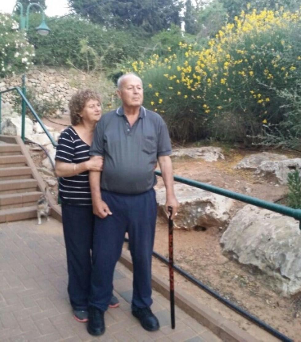 שוש ויוסף זיתוני. אחרי השקום בבית נעזר במקל הליכה בלבד  ( ) ( )