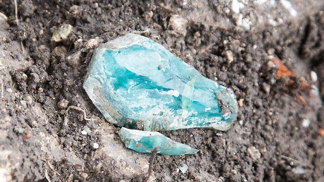 שברים מגושי הזכוכית הגולמית כפי שנמצאו באתר (צילום: אסף פרץ, באדיבות רשות העתיקות) (צילום: אסף פרץ, באדיבות רשות העתיקות)