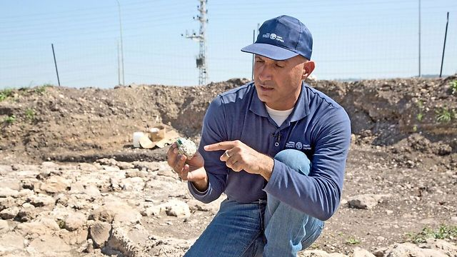 עבד אל-סלאם סעיד, מנהל החפירה, בוחן את אחד מגושי הזכוכית שנמצאו בשטח (צילום: שמואל מגל, באדיבות רשות העתיקות) (צילום: שמואל מגל, באדיבות רשות העתיקות)