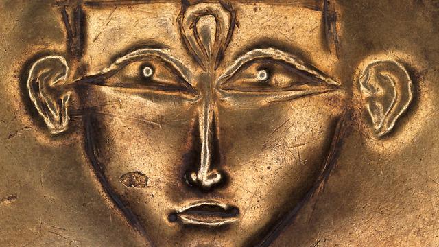 קמיע כנעני בדמות אלה עירומה בסגנון מצרי, המאה ה 15 לפני הספירה (צילום: אלי פוזנר) (צילום: אלי פוזנר)