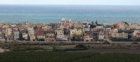 מבט אופייני על ג'סר א-זרקא, שתחומה ממזרח בכביש החוף (צילום: Golf Bravo, cc)