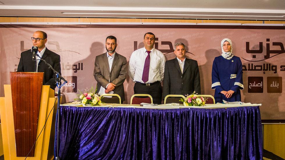 """היו""""ר חוסאם אבו ליל, סגן היו""""ר מוחמד סובחי ג'בארין. לצדם חברי המפלגה: איבראהים אבו ג'אבר, הבה עוואודה וחסן סנעאללה (צילום: עידו ארז) (צילום: עידו ארז)"""