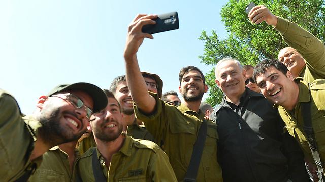 Soliders take selfies with the Prime Minister (Photo: Kobi Gideon LTD)