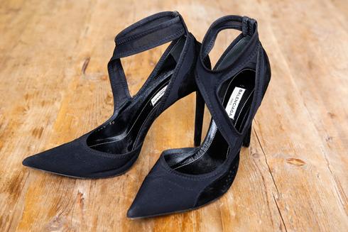 במחלקת האביזרים: מתיק של גוצ'י שקיבלה במתנה ממיקי בוגנים ועד נעליים ותיקים שנבחרו בקפידה על ידי האהוב אהובי (צילום: ענבל מרמרי)