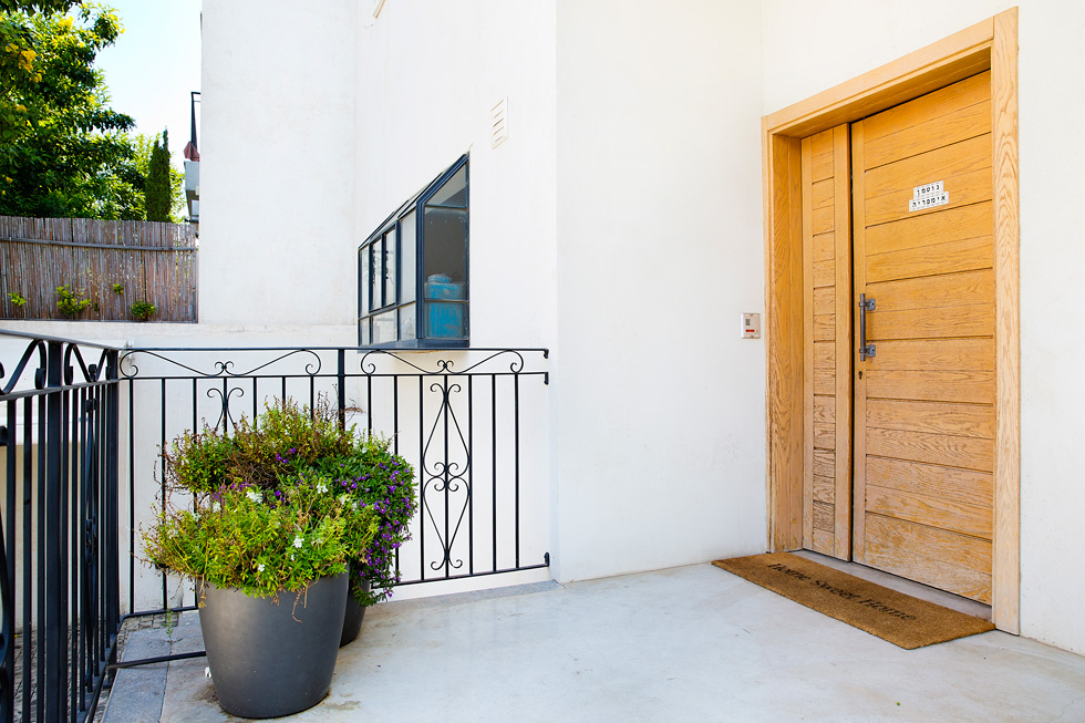 ברוכים הבאים לגוטמן אימפריה. הכניסה לווילה בשכונת תל ברוך בצפון תל אביב (צילום: ענבל מרמרי)