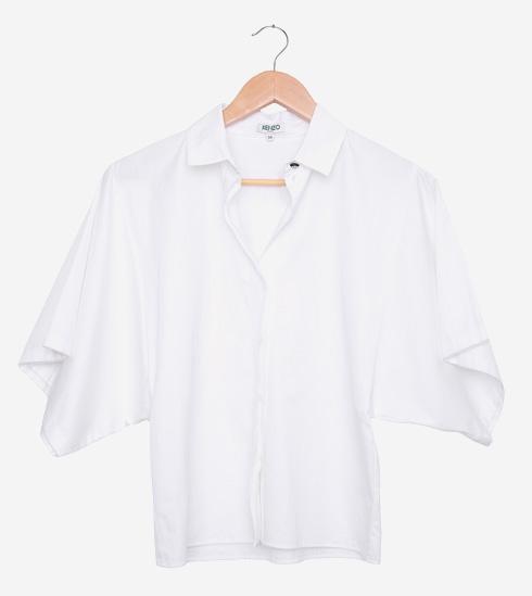 עדיין עם האטיקט. חולצה לבנה של קנזו שטרם נלבשה, כמו עוד פריטים רבים מארונה של גוטמן (צילום: ענבל מרמרי)