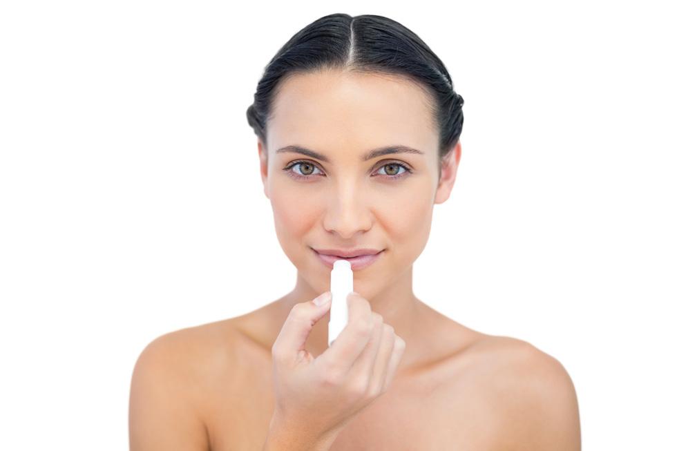 כ־80% מהמתמכרים הן נשים, שמודות שהן לא יכולות להפסיק. הן מורחות שפתון כל הזמן כי הוא מעניק להן תחושה טובה (צילום: Shutterstock)