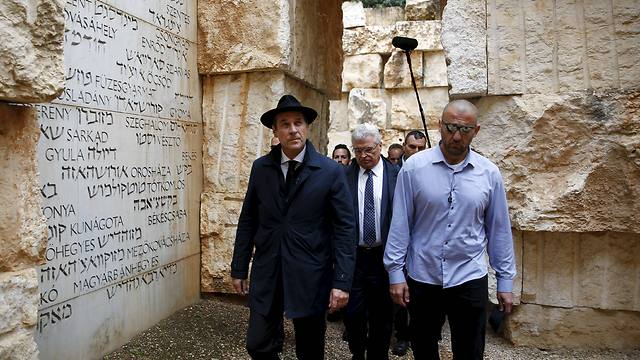 Strache visited Yad Vashem during his trip to Israel (Photo: Reuters)
