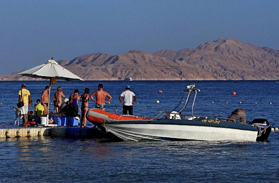 "דייגים בטיראן. ""צחיח ומדברי"" (צילום: AFP)"