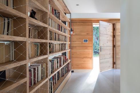 המבואה תחומה בספרייה מהצד ובגשר הקומה העליונה מעל (צילום: עמית גרון)