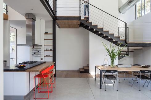 פס של רצפת עץ מסמן את המעבר לאגף האורחים שלמטה, ולגרם המדרגות שמוביל לחדר השינה הראשי למעלה (צילום: עמית גרון)