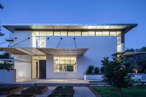 הצד המערבי מזכיר לאדריכלית את בנייני הבאוהאוס התל אביביים (צילום: עמית גרון)