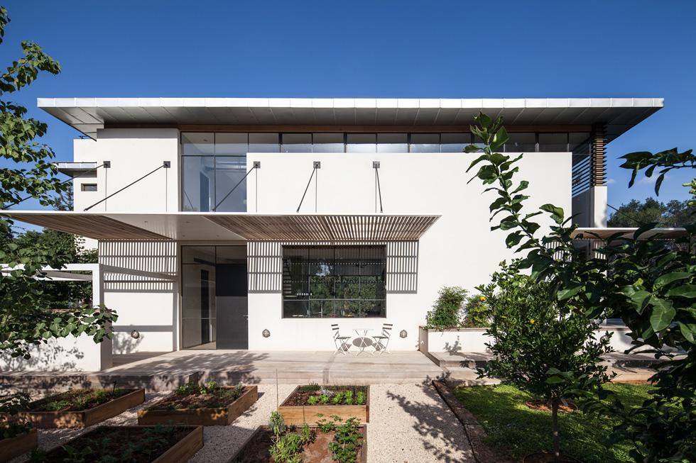 חמש שנים נמשכו התכנון והבנייה של הבית, ששטחו 350 מטרים רבועים. החזית הפונה אל הרחוב (ואל השמש) בנויה ברובה  (צילום: עמית גרון)