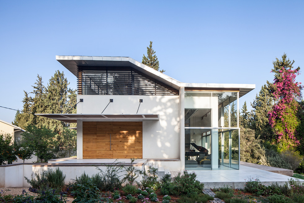 חזית הכניסה. כאן נראה היטב השיפוע המתון של הגג, שתוכנן בצורת Z, כדי שגם מהקומה העליונה אפשר יהיה ליהנות מהנוף שאליו פונה הסלון (צילום: עמית גרון)