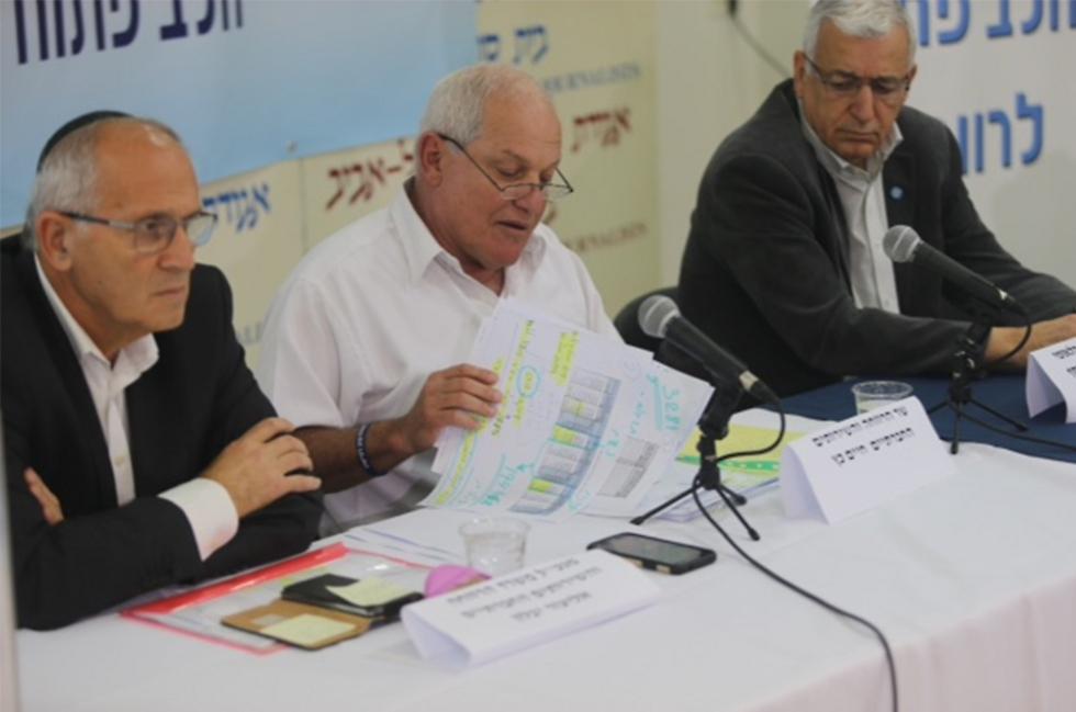 Welfare Minister Haim Katz, center (Photo: Motti Kimchi)