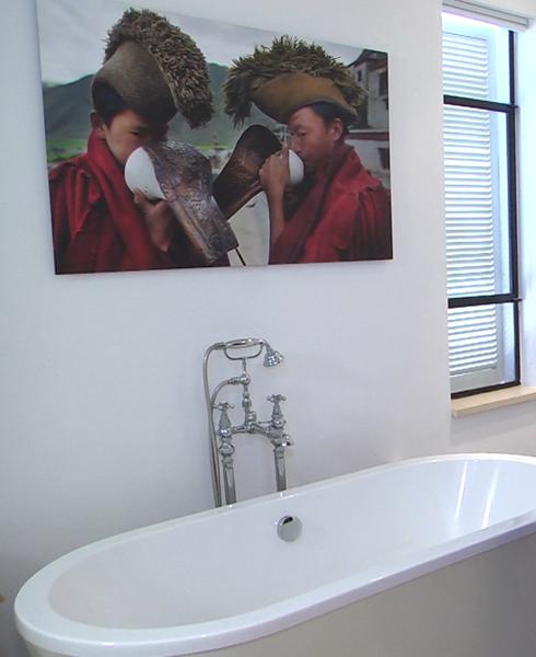 השילוש הקדוש של גלית גוטמן: אמבטיה + מיטה + ארון עצום של בגדים (צילום: ירון שרון)