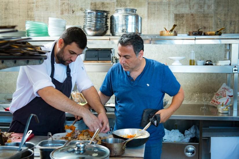 """חיים כהן (מימין) וסו שף תומר טל, במטבח של מסעדת """"יפו תל אביב"""" (צילום: ירון ברנר)"""