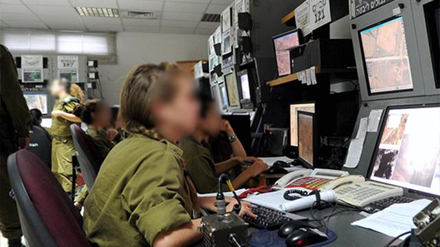 IDF observers on Gaza border (Photo: Haim Hornstein)