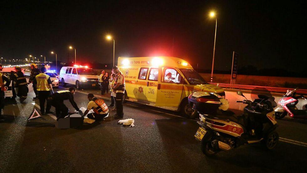 """זירת התאונה, אמש (צילום: אסף ברזינגר תיעוד מבצעי מד""""א) (צילום: אסף ברזינגר תיעוד מבצעי מד"""
