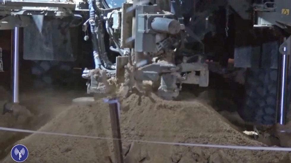 """כוחות צה""""ל חושפים את המנהרה  (צילום: דובר צה""""ל) (צילום: דובר צה"""