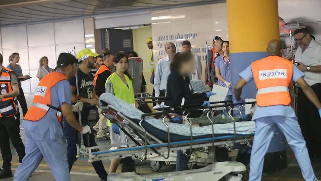 פצועי הפיגוע מפונים לבית החולים (צילום: אלכס קולומויסקי) (צילום: אלכס קולומויסקי)