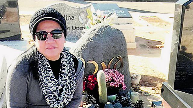 לטיסיה על קברו של עמרם, בעלה ()
