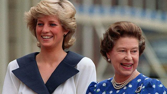 המלכה לא ממש עזרה לכלתה. אליזבת ודיאנה (צילום: AP) (צילום: AP)
