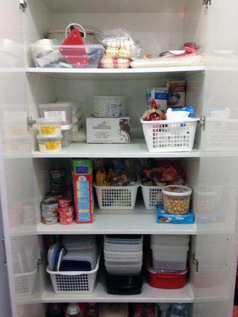 המזווה. אגדו קבוצות מזון וזרקו מוצרים שפג תוקפם (צילום: רוית כהן)