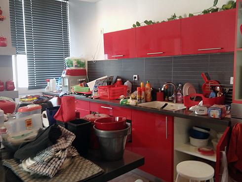 לפני. ערימות של חפצים ופריטים בכל חלל המטבח (צילום: רוית כהן)