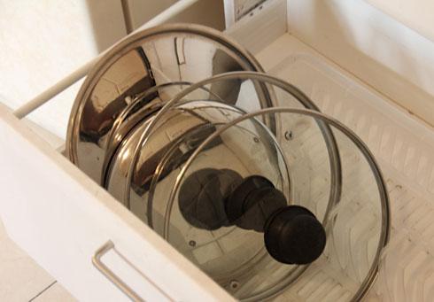 """הכינו מעמד למכסי סירים ממתקן לייבוש כלים (צילום: אורטל זיו ל""""מסודרלה"""")"""