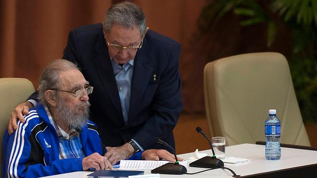פידל וראול בקונגרס המפלגה (צילום: AP) (צילום: AP)