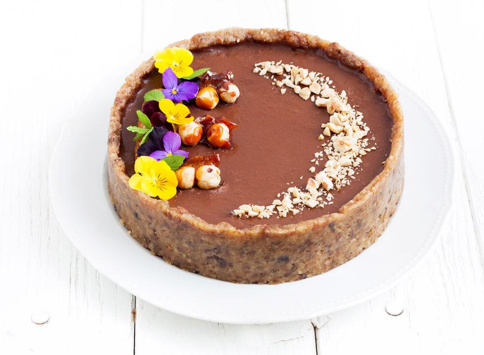 עוגת שוקולד-בננה לפסח עם פרלינה אגוזי לוז (צילום: אולגה טוכשר)
