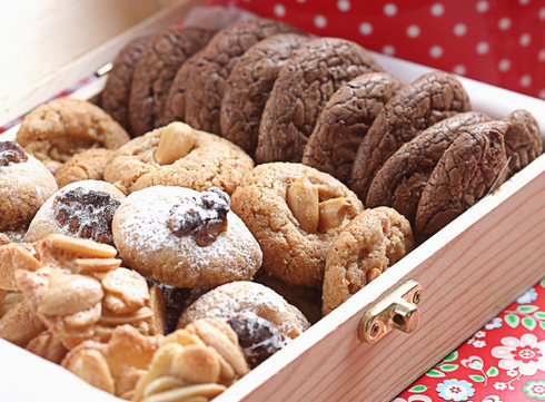 ויש גם רעיונות למתנות מתוקות שאפשר לתת למארחים (או לעצמכם) - מעוגיות לפסח ועד עוגת שוקולד בחושה. לחצו על התמונה כדי לעבור למתכונים (צילום: כפיר חרבי, סגנון: עמית דהאן)