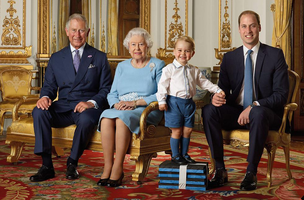 """""""אתה צריך להיות מלך"""". מימין: הנסיך וויליאם, בנו הנסיך ג'ורג', המלכה אליזבת והנסיך צ'רלס (צילום: EPA) (צילום: EPA)"""