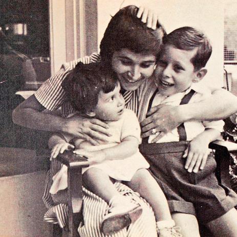 """אלפנדרי פרדו עם הילדים תמיר (מימין) ואתי, 1959. """"גידלתי אותם בצורה בריאה"""""""