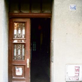 הכניסה לבניין שבו הסתתרה רלי הילדה בזמן המלחמה