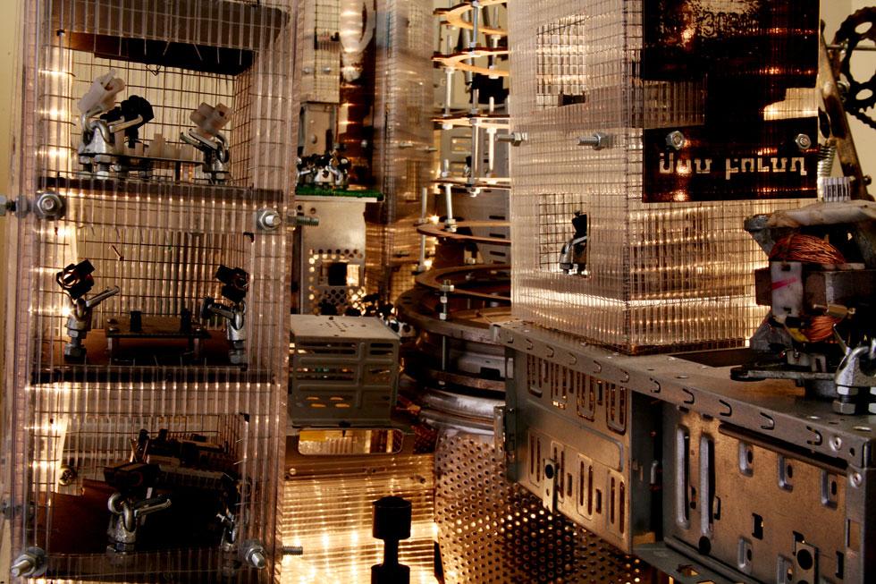 הכל התחיל בעבודת הגמר שלו במחלקה לתקשורת חזותית בבצלאל, כשהקים מעין מעין עיר עשויה מחלקים מתכתיים וצינורות, שתושביה הם דמויות שוליים רובוטיות