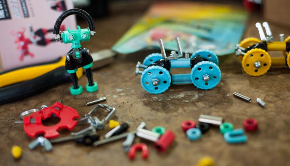 המעצב רועי ברזני מקווה שקהילת היוצרים שתתפתח סביב הצעצועים שלו תוסיף עוד ועוד פרקים לסיפור (צילום: רוני קאופמן)