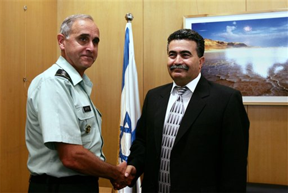 General Keith Dayton with then-defense minister Amir Peretz (Photo: AP)