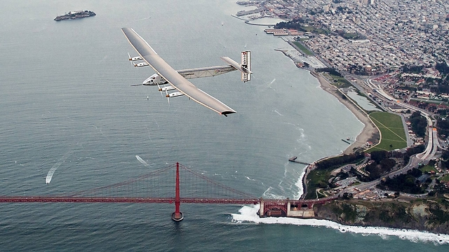 המטוס הסולארי על רקע גשר הזהב (צילום: AP) (צילום: AP)