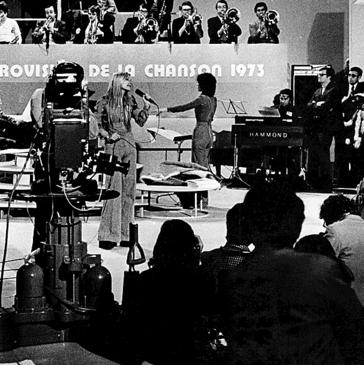 העיקר לקדם את השיר. הירש )בגבה למצלמה( מנצחת על התזמורת באירוויזיון 73 '