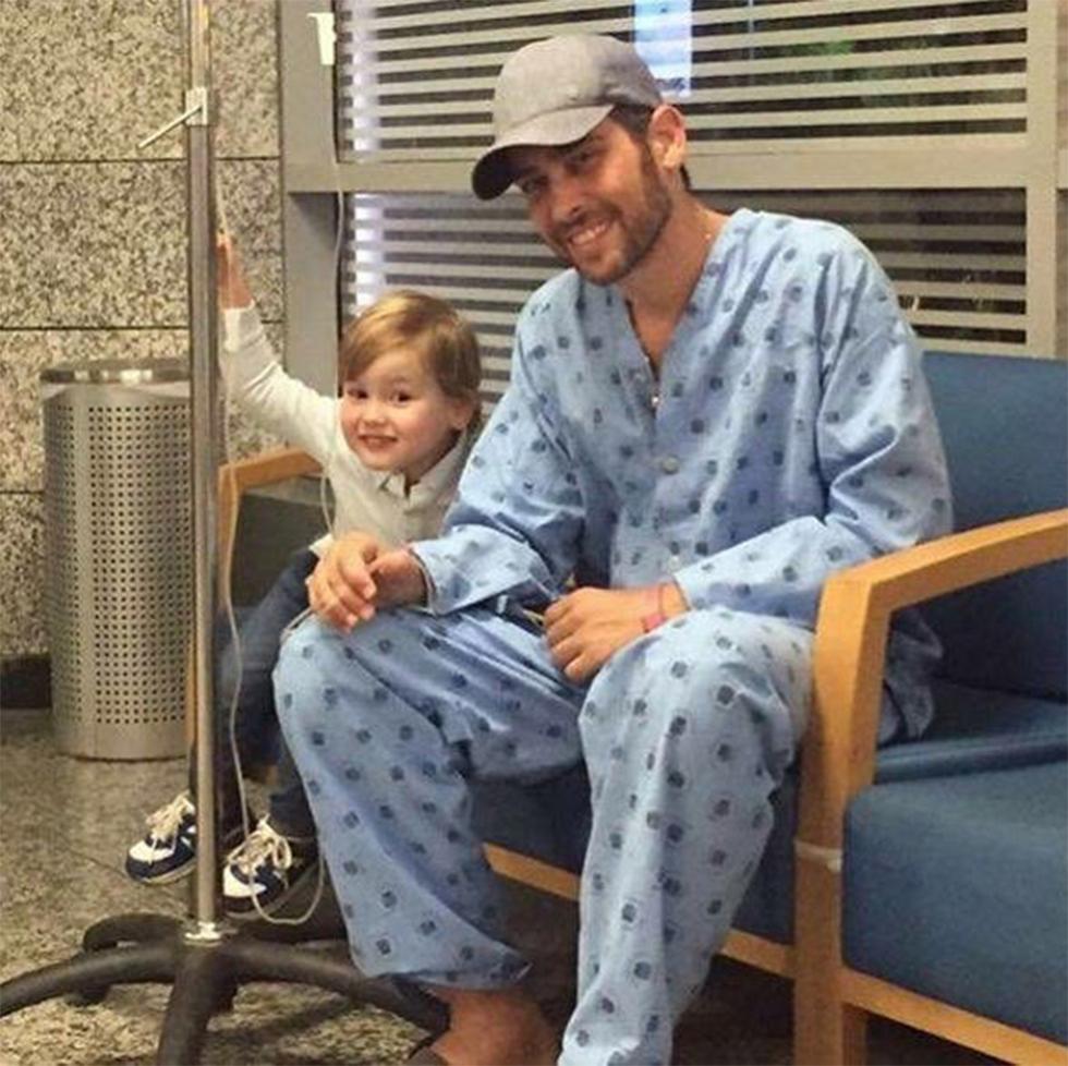 """אמיר פיי גוטמן בבית החולים עם בנו. """"חייך גם ברגעים הקשים"""" (מהאינסטגרם של אמיר פיי גוטמן) (מהאינסטגרם של אמיר פיי גוטמן)"""