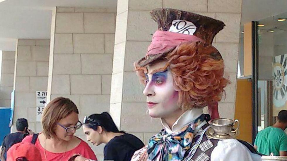 הכובען המטורף (צילום: מרב יודילוביץ')