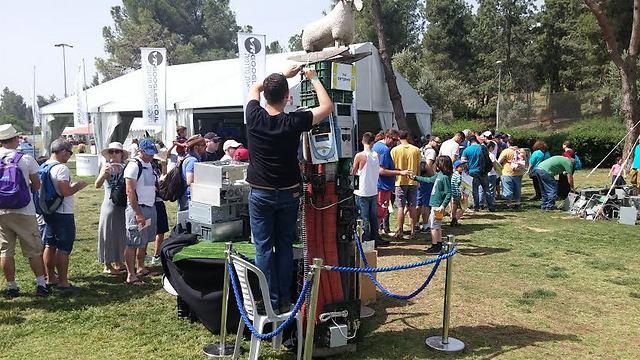 כבשה ומחשבים ולידו התור לאחד האוהלים (צילום: ירון דרוקמן) (צילום: ירון דרוקמן)