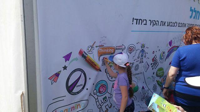 מציירים על הקיר של SpaceIL (צילום: ירון דרוקמן) (צילום: ירון דרוקמן)