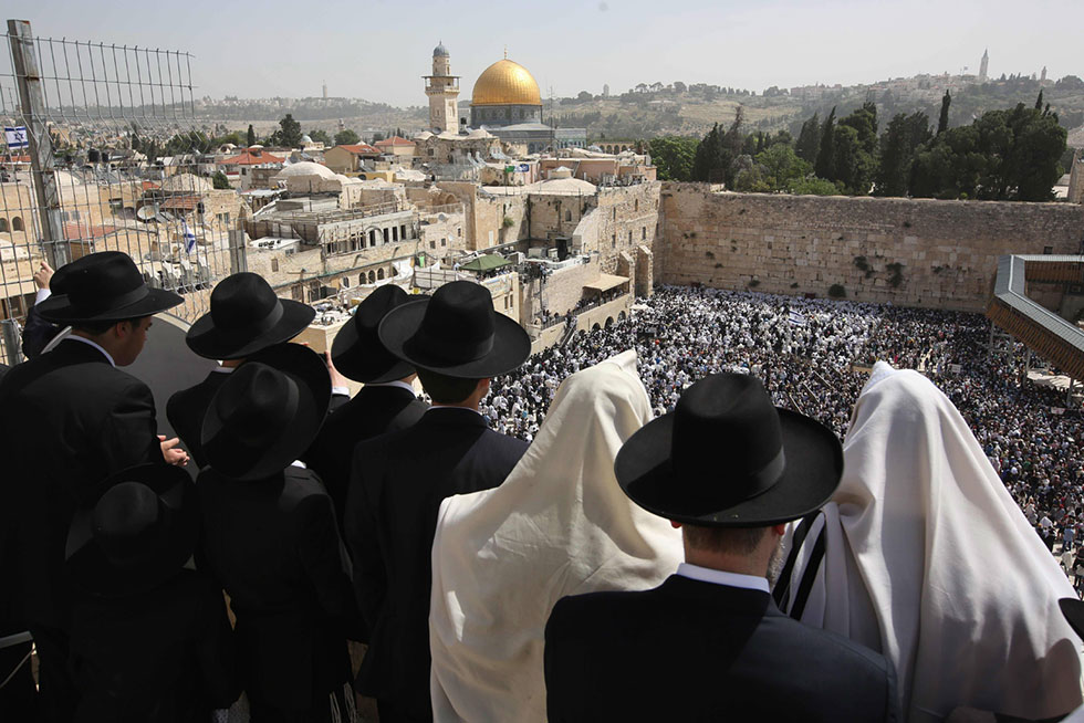 Worshippers gather at Western Wall (Photo: AFP)